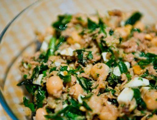 Garbanzos con anchoas, atún y espinacas crudas